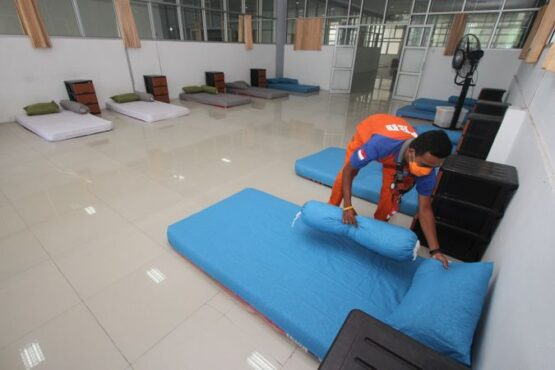 Petugas BPBD Solo menata kasur di salah satu ruangan Solo Technopark (STP), Solo, Senin (3/5/2021). (Solopos/Nicolous Irawan)