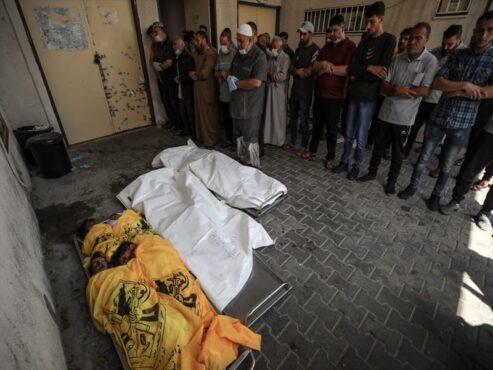 PERINGATAN, FOTO MENUNJUKKAN KORBAN TRAGEDI YANG BISA MENIMBULKAN TRAUMA! Warga melakukan salat jenazah di kamar jenazah Rumah Sakit Indonesia di Beit Lahia, Gaza, bagi para korban serangan brutal pasukan Israel, Jumat (14/5/2021). Dalam serangan di wilayah Beit Hanoun itu satu keluarga Palestina yang terdiri atas enam orang termasuk seorang perempuan hamil meninggal dunia. Jenazah mereka kemudian dibawa ke Rumah Sakit Indonesia di Beit Lahia. (Anadolu Agency/ Ali Jadallah)