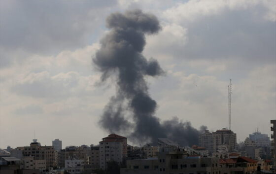 Asap mengepul dari lokasi yang menjadi sasaran serangan udara Israel di Gaza, Palestina, Kamis (13/5/2021). (Anadolu Agency/Ashraf Amra)