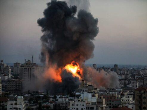 Asap mengepul saat serangan udara Israel menyasar Kompleks Perkantoran Pemerintah Ansar di Gaza, Jumat (14/5/2021). .(Anadolu Agency/Ali Jadallah)