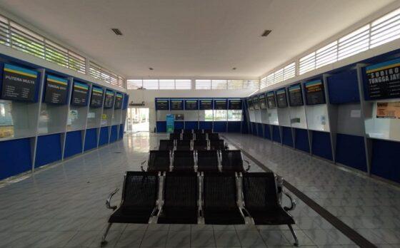 Suasana Terminal Giri Adipura Wonogiri, Kamis (6/5/2021). Pada hari pertama pelarangan mudik, terminal itu terpantau sepi. (Solopos.com/M. Aris Munandar)