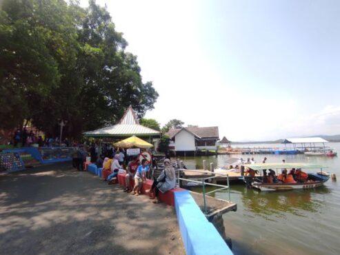 Suasana Waduk Gajah Mungkur (WGM) Wonogiri pada hari pertama buka setelah ditutup empat hari selama libur Idulfitri 2021, Senin (17/5/2021). (Solopos/M Aris Munandar)