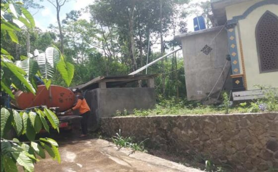 Anggota TRC BPBD Klaten mendistribusikan air bersih ke masjid di Desa Tegalmulyo, Kemalang, Jumat (7/5/2021). (Istimewa-BPBD Klaten)