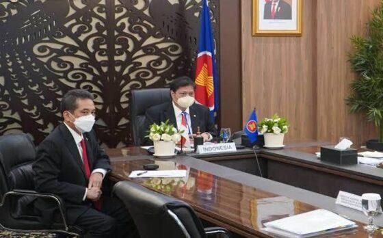 Menteri Koordinator Bidang Perekonomian Airlangga Hartarto (kanan) memaparkan lima strategi kerangka kerja pemulihan ekonomi yang diberi nama ASEAN Comprehensive Recovery Framework (ACRF) dalam rangka mewujudkan terintegrasinya ekonomi ASEAN.(Istimewa)