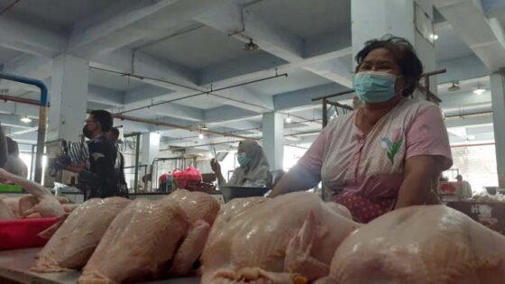 Bu Pur, penjual daging ayam di Pasar Besar Kota Madiun, Kamis (6/5/2021). (Solopos.com/Abdul Jalil)