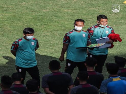 """Pelatih Persis Solo, Eko Purdjianto (tengah) bersama Asisten Pelatih, Haryanto """"Tommy"""" Prasetyo (kanan) dan pelatih fisik, Rony Azani, memimpin latihan tim di Solo beberapa waktu lalu. Persis mengagendakan uji coba seusai Lebaran untuk menggembleng tim jelang Liga 2 2021. (Istimewa/Persis Solo)"""