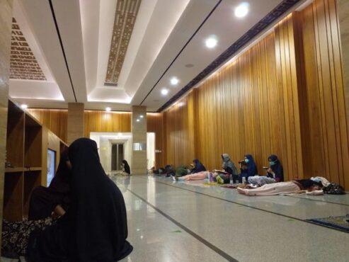 Jemaah Masjid Siti Aisyah Manahan, Solo, menjalani iktikaf di malam 23 Ramadan 1442 Hijriyah, Selasa (3/5/2021). (Ika Yuniati)