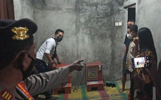 Polisi mengamankan mesin dingdong di salah satu rumah warga yang berada di Popongan, Karanganyar Kamis (13/5/2021) malam. (Istimewa/ Polres Karanganyar)