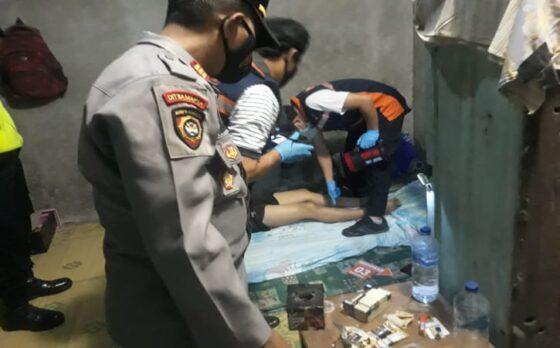 Petugas memeriksa kondisi pria meninggal di indekos di Dukuh Paingan, Purwosuman, Sidoharjo, Sragen, Minggu (16/5/2021) malam. (Istimewa-Polres Sragen)