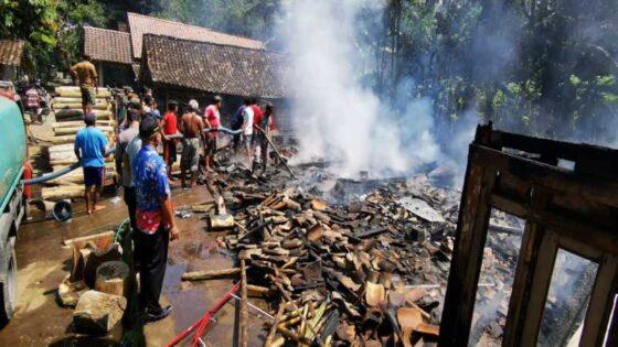 Rumah warga milik Somoikem di Randuawar, Desa Kemalang, Kecamatan Kemalang, Klaten, ludes terbakar, Selasa (11/5/2021). (Istimewa/Polsek Kemalang)