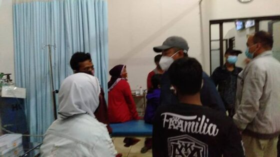 Wakil Bupati Karanganyar, Rober Christanto (bertopi), menjenguk warga yang diduga keracunan di Puskesmas Karangpandan, Minggu (9/5/2021) malam. (Istimewa/Sukarelawan)