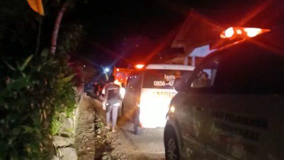 Ambulans berdatangan ke Dusun Tukringin, Desa Gerdu, Karangpandan, Karanganyar, untuk membawa warga yang keracunan ke rumah sakit dan puskesmas, Minggu (9/5/2021) malam. (Istimewa)