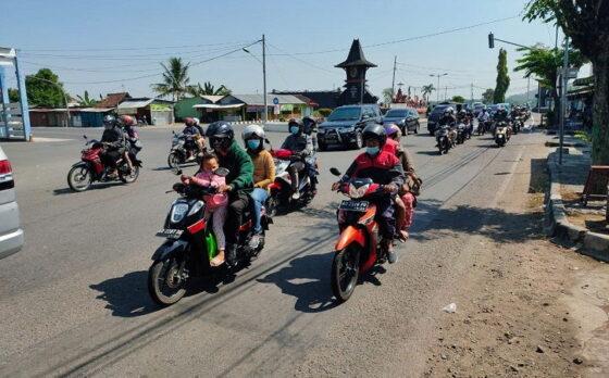Kendaraan yang mayoritas sepeda motor melintas di simpang Krisak, Kecamatan Selogiri, Kabupaten Wonogiri, Jumat (14/5/2021). (Solopos/Rudi Hartono)