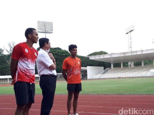Lalu Zohri bersama Ketua Umum PB PASI, Luhut Binsar Pandjaitan di Stadion Madya, Jakarta, Senin (3/5). (Mercy Raya/detikSport)