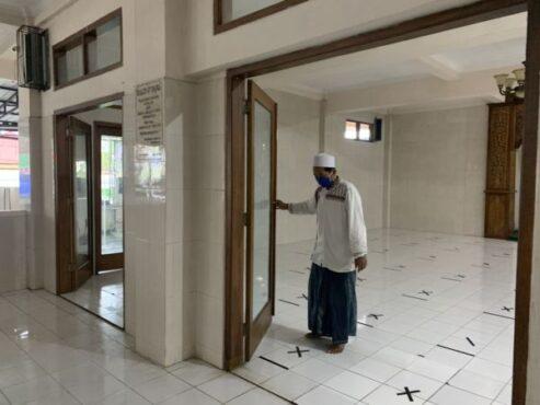 Takmir Masjid At-Taqwa, Tawangmangu, Karanganyar, Hasibi, membersihkan masjid setelah digunakan beribadah untuk antisipasi persebaran Covid-19 Kamis (6/5/2021). (Solopos/Candra Putra Mantovani)
