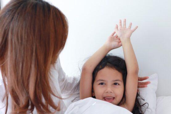 Ilustrasi membangunkan anak sahur (Freepik)