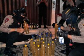 Ditangkap Saat COD Di Solo, Pemuda Grogol Ini Ternyata Simpan Puluhan Botol Miras Oplosan