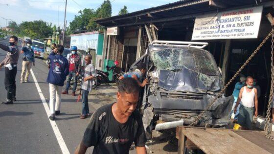 Sopir Ngantuk, Mobil Pikap Seruduk Rumah Pengacara di Delanggu Klaten