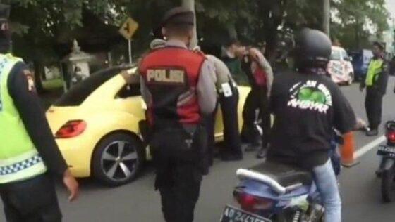 Tangkapan layar mobil menerobos penyekatan pemudik di Pospam Prambanan, Klaten, Sabtu (8/5/2021). (Detikcom)
