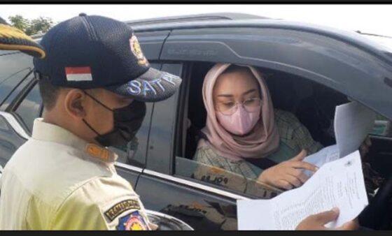 Petugas memeriksa surat-surat rombongan dari DPRD Nganjuk di pos penyekatan Exit Toll Ngawi, Jumat (7/5/2021). (Madiunpos.com-Abdul Jalil)