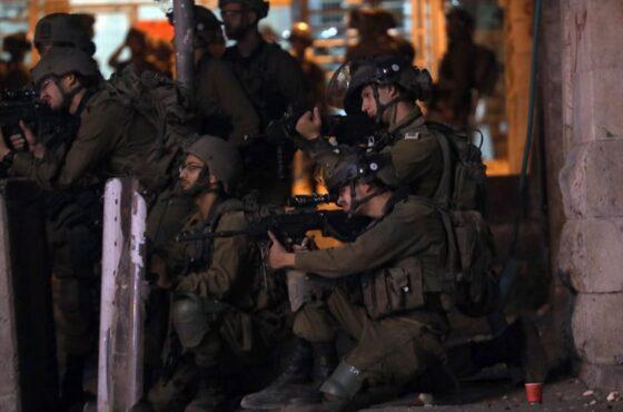 Pasukan Israel menembaki warga Palestina yang berunjuk rasa di Hebron, Tepi Barat, Jumat (14/5/2021). (Anadolu Agency/ Mamoun Wazwaz)