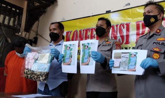 Polisi menunjukkan barang bukti berupa gambar dan pakaian bayi yang dibuang oleh tersangka mahasiswi saat rilis kasus di Mapolsek Umbulharjo, Kota Jogja, Kamis (6/5/2021). (Harian Jogja/Yosef Leon)