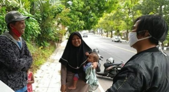 Keluarga ini mudik jalan kaki dari Gombong, Jawa Tengah, ke Soreang, Kabupaten Bandung, Jawa Barat. (Dadang Hermansyah/detikcom).