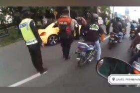 Video Detik-Detik Remaja Pengemudi Mobil VW Terobos Penyekatan Hingga Tabrak Polisi Klaten