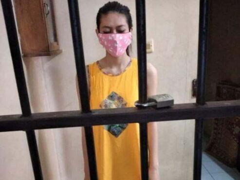 Foto Nani Aprilliani Nurjaman, 25, memakai daster di tahanan viral di media sosial. (istimewa/detik.com)