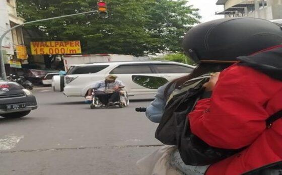 Foto Pria yang berada di tengah jalan raya. Pria tersebut bisa memicu kecelakaan maut. Malam hari juga sering di tempat tersebut (Istimewa/@jelajahsolo)