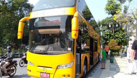 Dalam perjalanan Wisata keliling Kota Solo naik bus double decker ini bus berhenti sekitar 10 menit-15 menit di depan Kantor Bank Indonesia, Sabtu (15/5/2021). (Solopos.com/Astrid Prihatini W.D.)