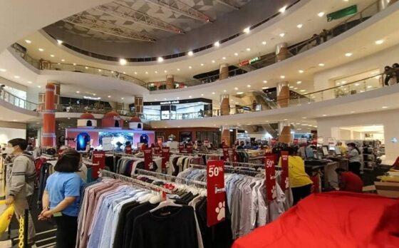Sejumlah pengunjung tengah memilih beragam produk pakaian di lantai dasar The Park Mal, Solo Baru, Sabtu (15/5/2021). (Solopos/Bony Wicaksono)