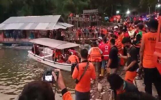 Proses evakuasi jenazah korban perahu terbalik di Waduk Kedungombo, Kemusu, Boyolali. (Solopos/Akhmad Ludiyanto)
