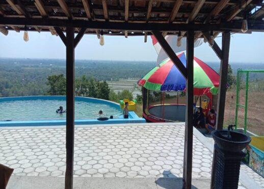 Sejumlah anak-anak bermain air di kolam renang di objek wisata alam Gunung Pegat di Desa Karangasem, Kecamatan Bulu pada Lebaran hari kedua, Jumat (14/5/2021). (Istimewa/Bambang Winarno)