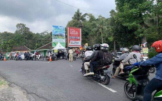 Situasi lalu lintas di Simpang Tiga Keprabon, Karangpandan, Karanganyar macet akibat banyaknya kendaraan wisatawan yang menuju ke Ngargoyoso dan Tawangmangu Sabtu (15/5/2021). (Solopos/Candra Mantovani)