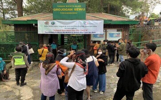 Objek wisata Grojogan Sewu, Tawangmangu, Karanganyar ramai dikunjungi wisatawan lokal Jumat (14/5/2021). (Solopos/Candra Mantovani)