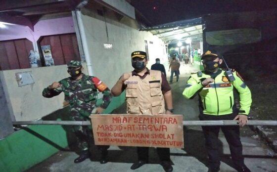 Satgas Covid-19 Kecamatan/Kabupaten Sukoharjo mengedukasi warga di kampung RT 001 RW 001 Banmati terkait penutupan masjid At Taqwa untuk salat berjamaah pada Sabtu (1/5/2021) malam. (Istimewa)