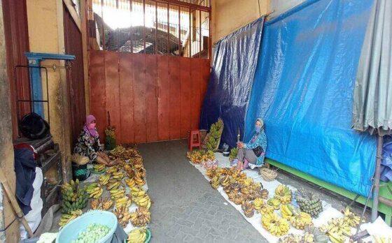 Pedagang oprokan menggelar dagangan di pintu Pasar Bunder Sragen yang ditutup. (Solopos.com/Moh Khodiq Duhri)
