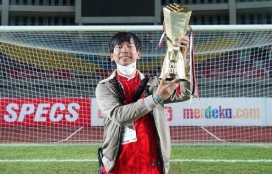 Vokalis D'Masiv, Rian Ekky Pradipta, mengangkat trofi Piala Menpora 2021 milik Persija Jakarta di Stadion Manahan Solo, 25 April 2021. (Istimewa/Instagram Rian D'Masiv)