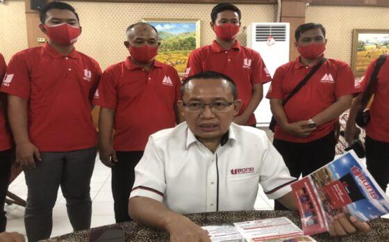 CEO PT Citra Luhur Mandiri, Katno Hadi, memaparkan keunggulan Semen Ubond dalam pers rilis di Laweyan Solo, Minggu (9/5/2021) malam. (Solopos-Ichsan Kholif Rahman)