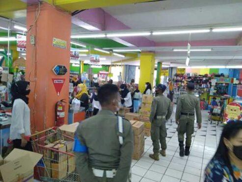 Petugas Satpol PP Sukoharjo melakukan operasi penegakan protokol kesehatan di sejumlah pusat perbelanjaan di Sukoharjo, belum lama ini. (Istimewa/Satpol PP Sukoharjo)