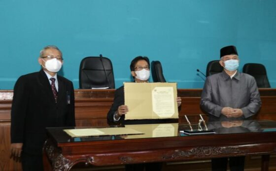 Penandatanganan nota kesepahaman antara UNS Solo dengan Kedubes Indonesia untuk Afghanistan di Ruang Sidang Senat II Gedung Rektorat dr. Prakosa UNS, Selasa (4/5/2021). (Istimewa)