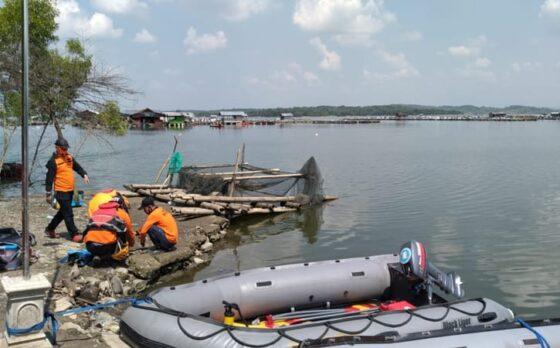 Tim SAR melanjutkan pencarian korban perahu terbalik di Waduk Kedungombo Boyolali, Minggu (16/5/2021). (Solopos-Bayu Jatmiko Adi)