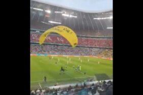 Penerjun Payung Protes Jelang Kick Off Prancis vs Jerman