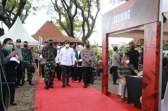 Kapolri dan Panglima TNI Tinjau Vaksinasi di Madiun