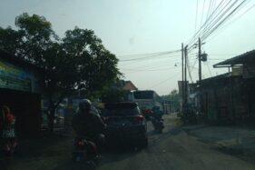 Jalan Solo Purwodadi Dicor Bikin Macet, Bus Masuk Kampung Cari Jalur Alternatif