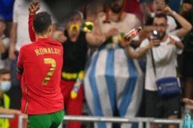 Rekor Cristiano Ronaldo: 2 Kali Dilempar Botol Coca-Cola
