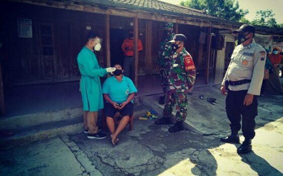 Para petugas nakes didampingi aparat TNI dan Polri melakukan tes swab antigen di lingkungan Desa Brojol, Kecamatan Miri, Sragen, lantaran ada lima warga yang terkonfirmasi positif Covid-19, belum lama ini. (Istimewa/Kecamatan Miri)