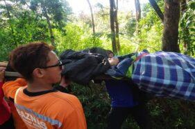 Kelelahan Mendaki, Gadis 17 Tahun Asal Solo Digendong Turun Gunung Lawu