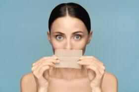 Benarkah Pemakaian Kertas Minyak di Wajah Bisa Picu Komedo?